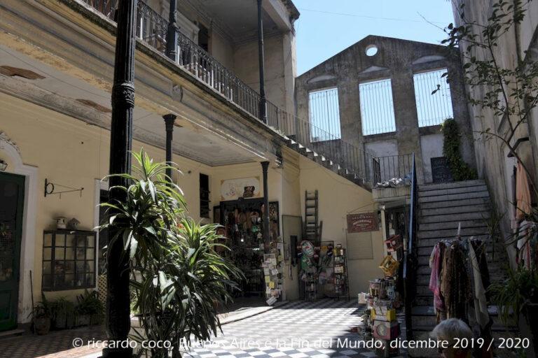 La residenza di Ezeiza è un tipico edificio a due piani che si è sviluppato longitudinalmente, con tre cortili collegati da corridoi con gallerie in stile. Due scale collegano due dei patii con il livello superiore.