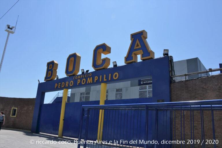"""Le squadre giovanili del Boca Juniores giocano le partite casalinghe nel Complejo Pedro Pompilio nel barrio """"La Boca"""". Il Boca è, assieme all'Independiente, una delle due squadre calcistiche sudamericane che hanno vinto più titoli internazionali."""