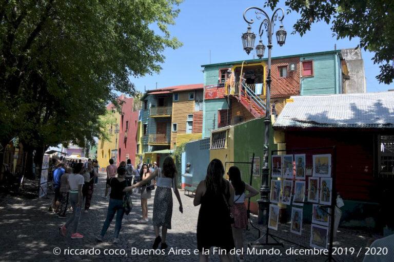 """Il """"Caminito"""", è una via con case colorate del barrio """"la Boca"""". Infatti era consuetudine che gli immigrati dipingessero i frontoni delle casette con le rimanenze di pitture navali usate per le chiatte che transitavano nel fiume Riachuelo. Negli anni questo quartiere è diventato un'attrazione turistica."""
