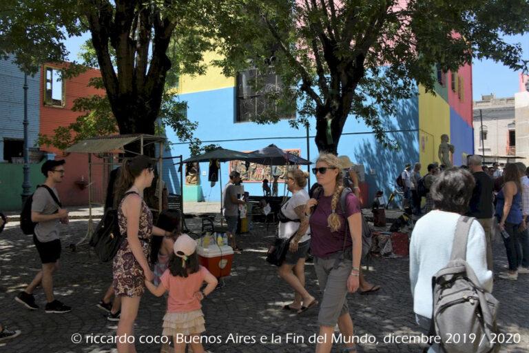 La Boca è uno dei quartieri più famosi e visitati di Buenos Aires. Tra le principali attrazioni che richiamano i turisti vi è la celebre strada di Caminito, caratterizzata dalle casette dipinte e dai numerosi artisti di strada che vi lavorano.