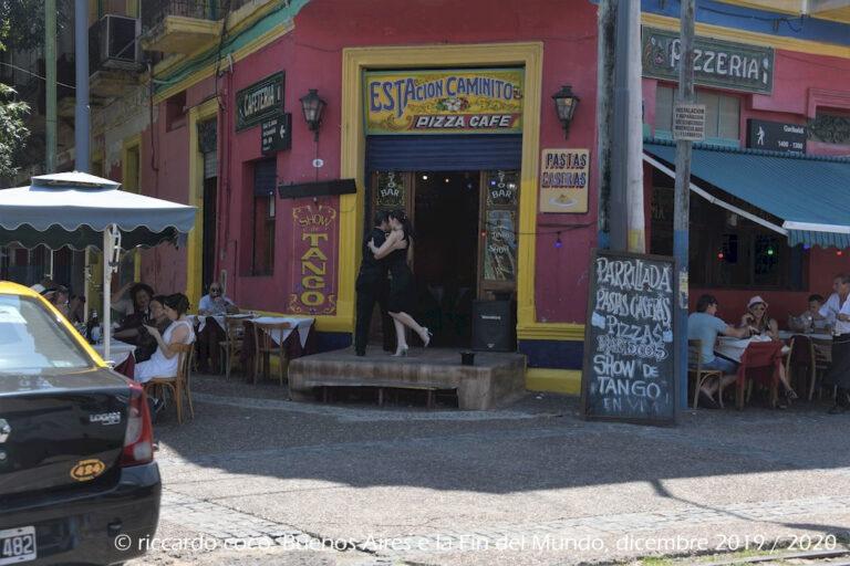 La Boca è il quartiere cittadino più visitato dai turisti di Buenos Aires, anche perché la Boca è molto legata all'immaginario del tango, ballerini (in azione) se ne incontrano ovunque …