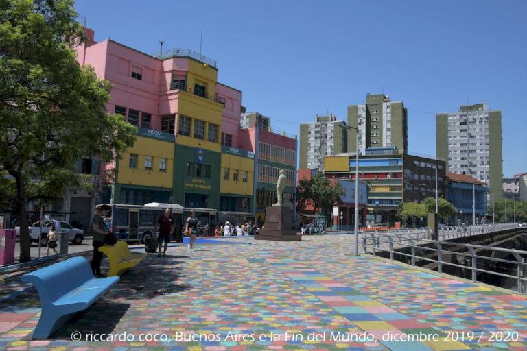 """""""La Vuelta de Rocha"""" era originariamente una curva del fiume Riachuelo, che fu rimossa per fare spazio all'attuale specchio d'acqua di fronte al centro del quartiere."""