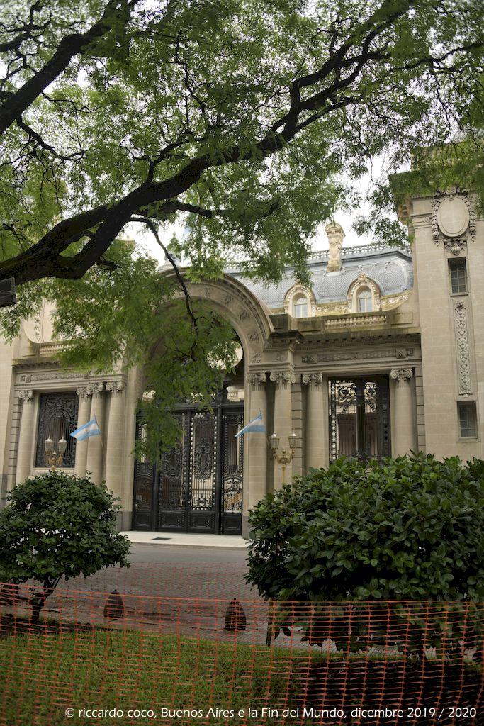 """L'ingresso di palazzo San Martín (Palacio San Martín ). Il palazzo si trova nell'omonima piazza del quartiere Retiro di Buenos Aires, fu acquisito dal governo argentino nel 1936 e divenne la sede del """"ministero delle relazioni estere"""" fino al 1993, ora funge da sede di rappresentanza per lo stesso ministero."""