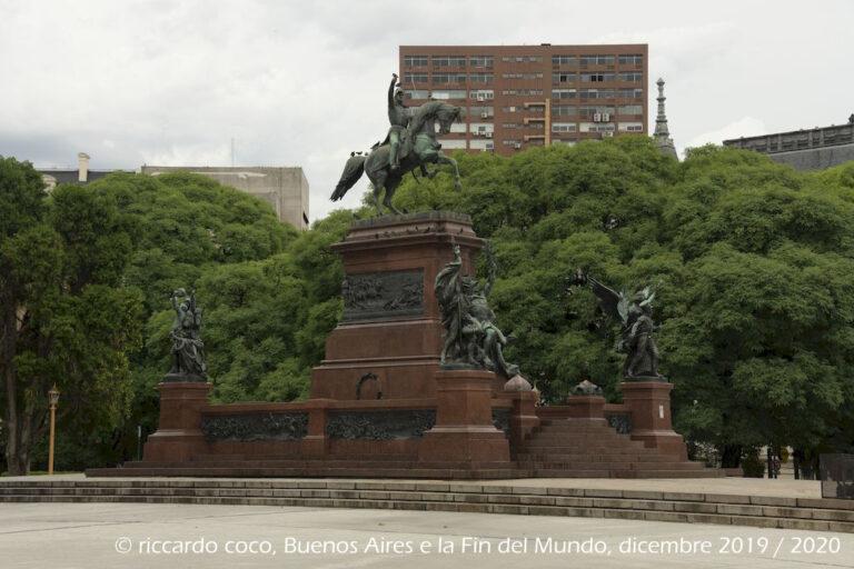 Il monumento al generale San Martín eroe nazionale argentino è un monumento equestre in bronzo che domina la piazza del barrio di Retiro.