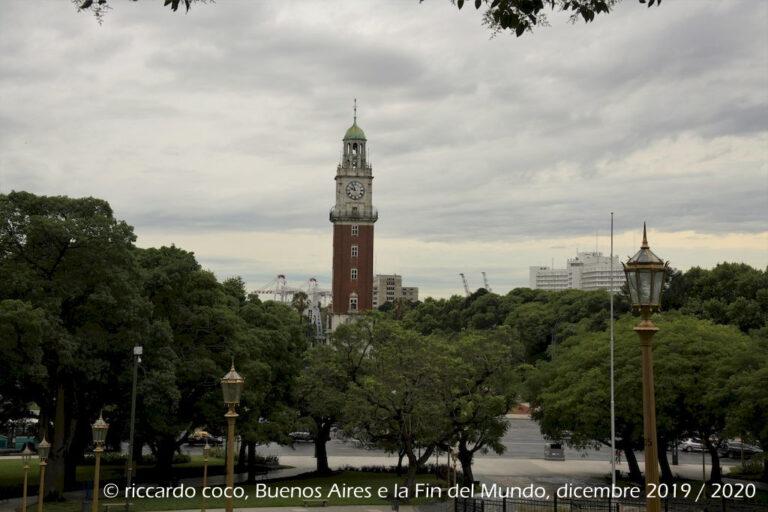 La Torre Monumental o Torre de los Ingleses a NORD-EST verso il Rio della Plata è un monumento di Buenos Aires, nel barrio di Retiro, Fu costruita su iniziativa della comunità britannica residente in Argentina in occasione del centenario della Rivoluzione di Maggio.