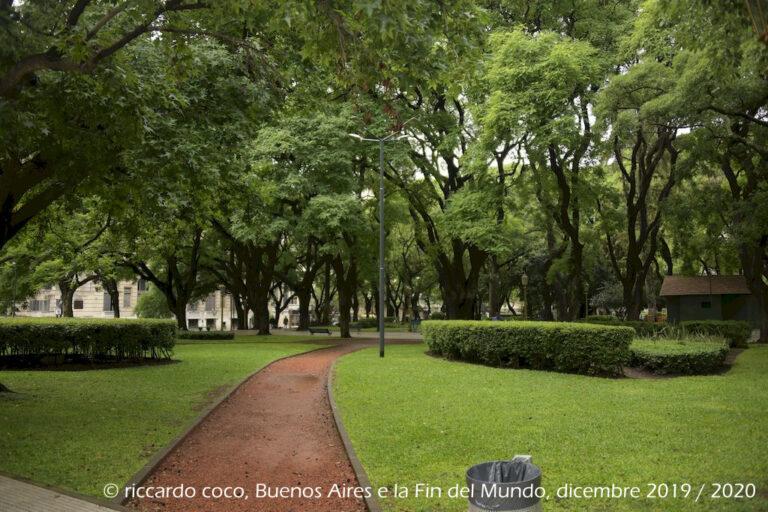 Grandi spazi destinati al verde nella piazza San Martin nel quartiere Retiro di Buenos Aires.