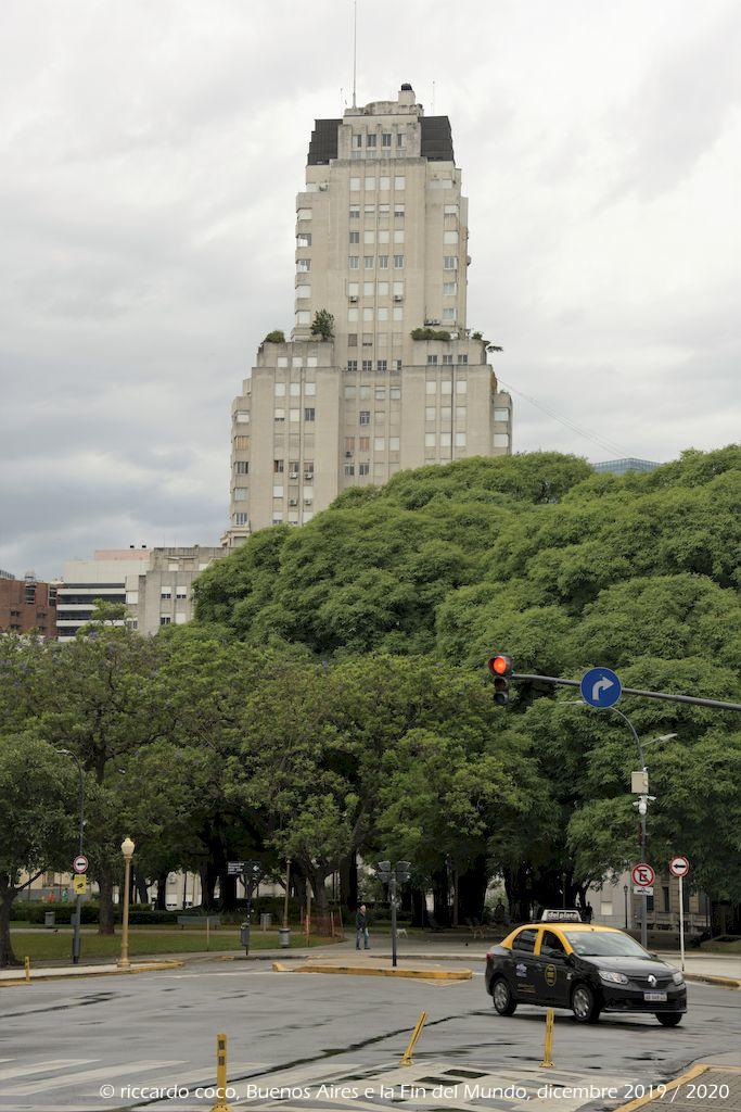 L'Edificio Kavanagh è un grattacielo in stile Art déco di Buenos Aires nel barrio di Retiro ben visibile da Plaza San Martín. Si narra che questo edificio sia stato voluto, in quel luogo e con quella forma, per vendetta, da Corina Kavanagh, che proveniva da una famiglia benestante ma non aristocratica e si era innamorata del figlio degli Anchorena, famiglia pure ricca, ma aristocratica, che aveva disapprovato il fidanzamento. Allora Corina, per vendicarsi, chiese agli architetti di far in modo che il nuovo edificio impedisse agli Anchorena la vista della chiesa, che avevano fatto costruire, dal palazzo San Martin dove abitavano.