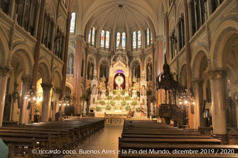 L'interno della Basilica del Santissimo Sacramento è composto da tre navate in stile neogotico. Nella cripta è sepolta Mercedes Castellanos de Anchorena che fece costruire la Basilica.