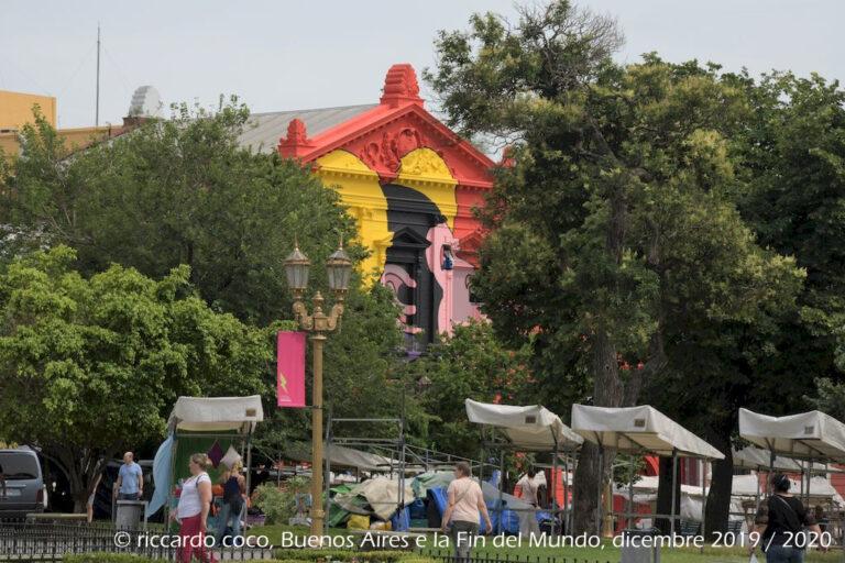 Si intravede il Centro Culturale Recoleta, un centro espositivo per eventi culturali situato nel barrio di Recoleta vicino la Basilica del Pilar e l'ingresso al famoso cimitero di Recoleta vicino a Plaza Francia.