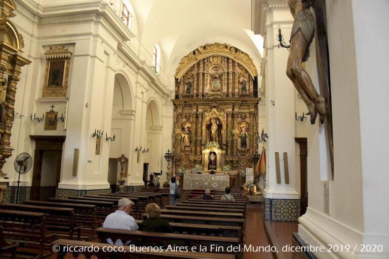 L'interno della chiesa di Nuestra Señora del Pilar è costituito da un'unica navata, spicca la pala dell'altare maggiore, di arte barocca.
