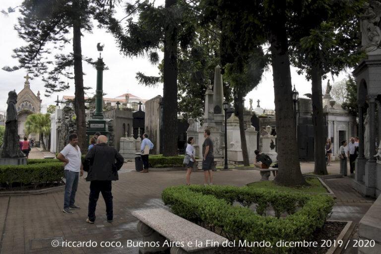 Il cimitero della Recoleta è il più famoso cimitero storico argentino, si trova nel barrio omonimo circondato da giardini che sono un popolare posto d'incontro per i cittadini di Buenos Aires.