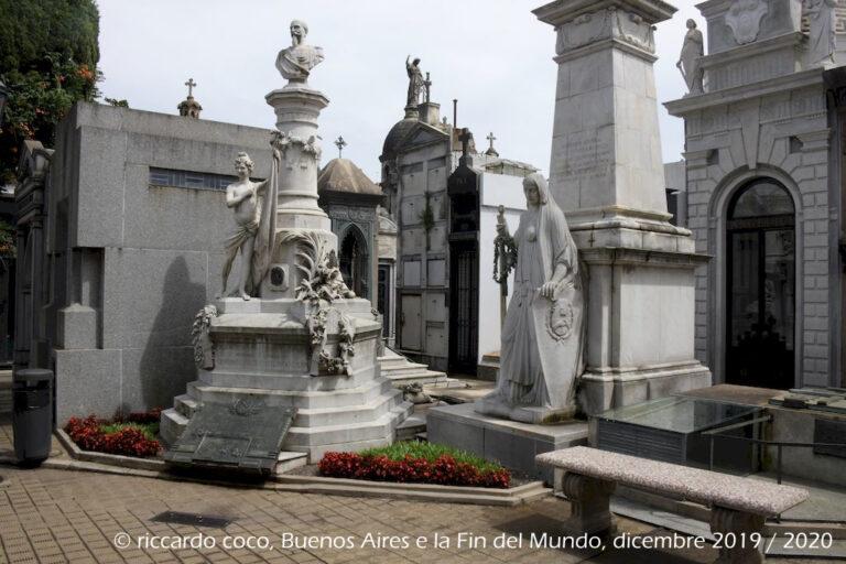 La tomba di Carlos Luis Federico de Brandsen, un militare francese che combatté per la causa rivoluzionaria nelle guerre d'indipendenza sudamericane sotto la bandiera argentina. La sua tomba è stata dichiarata Monumento Storico Nazionale.