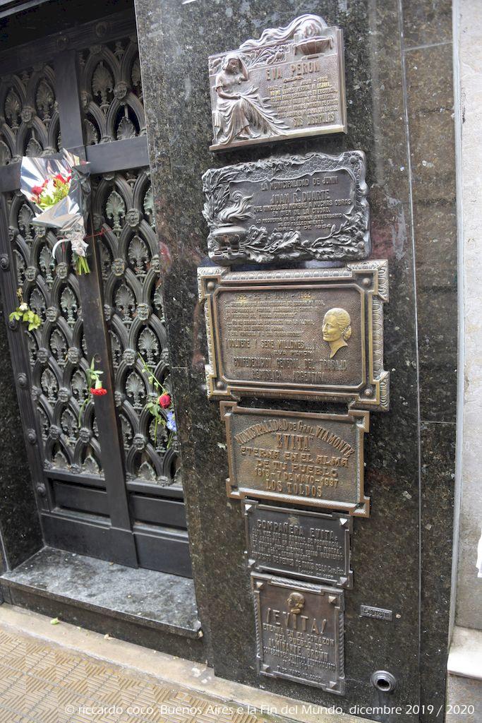 All'interno della cappella della famiglia Duarte è sepolta Maria Eva Duarte de Perón, seconda moglie del Presidente Juan Domingo Perón, un mito per il popolo argentino Le lapidi che ricordano Evita non spiccano per particolare maestosità.