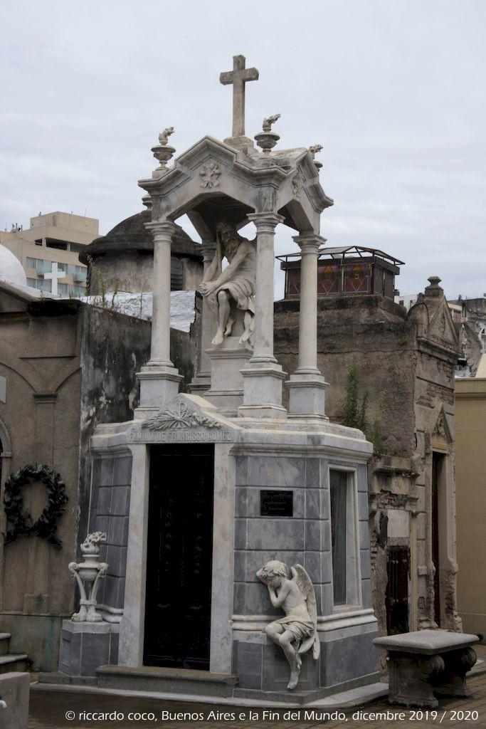 """Una delle tombe più fotografate è quella della """"Familia de Francisco Gomez"""" nel cimitero di Recoleta, La tomba si trova all'incrocio di due ampi viali che conducono alla tomba di Eva Perón."""