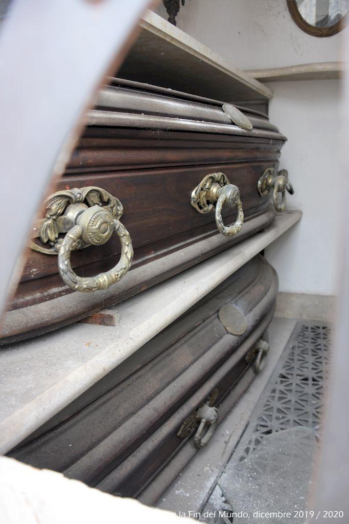 Nel cimitero della Recoleta molte casse sona a vista senza nessun tipo di protezione, all'interno delle cappelle e molte in cattive condizioni. Mi hanno spiegato che si usa proprio così da queste parte, le casse sono costruite per poter sopportare il trascorrere del tempo.