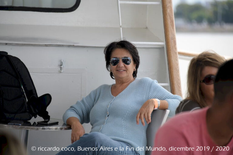 Sulla motonave Humberto M. spazi al chiuso ed all'aperto. Si può consumare un pranzo o bere un drink durante il tour sul Rio della Plata.