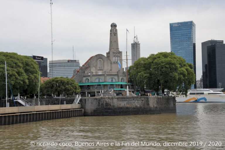 Allontanandosi dalla costa la sede principale dello Yacht Club Argentino fondato ai primi del novecento da un gruppo di appassionati di vela, lungo il lato sud dalla Dársena Norte.
