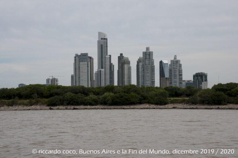 I moderni palazzi del barrio Puerto Madero frutto della riqualificazione e riconversione dell'interna area portuale avvenuta negli anni novanta. Infatti l'area era completamente decaduta perché il fiume è poco profondo e le navi hanno avuto sempre più problemi, per le dimensioni sempre maggiori, a raggiungere Buenos Aires.