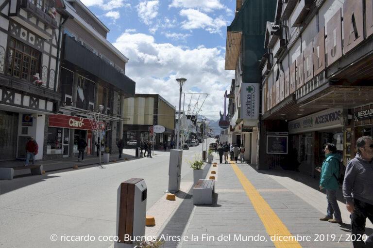 """Avenue San Martin è la via dello shopping di Ushuaia, capoluogo della provincia argentina """"Terra del Fuoco, Antartide e Isole dell'Atlantico del Sud"""", è la città più australe del mondo. Si trova sulla costa meridionale dell'Isola Grande della Terra del Fuoco, in un paesaggio circondato da montagne che dominano il canale di Beagle."""