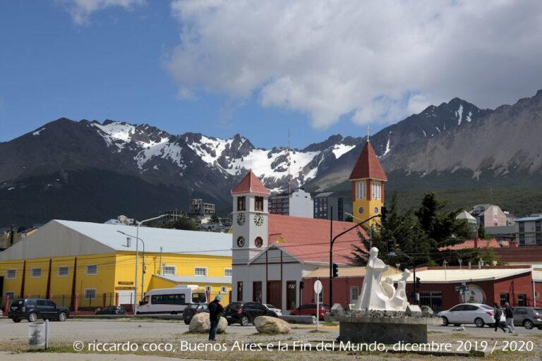 In primo piano la chiesa di Nuestra Señora de la Mercede a Ushuaia, sullo sfondo i monti Martial che circondano la città che offre un paesaggio unico in Argentina con la combinazione di montagne, mare, ghiacciai e boschi. In termini di distanza è più vicina all'Antartide che alla capitale Buenos Aires.