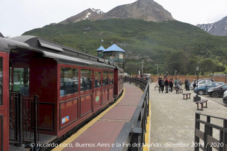 Il Treno della Fine del Mondo pronto a partire dalla stazione. Sullo sfondo, il Cerro Guanaco e Cerro El nene all'interno del Parco nazionale Terra del Fuoco.