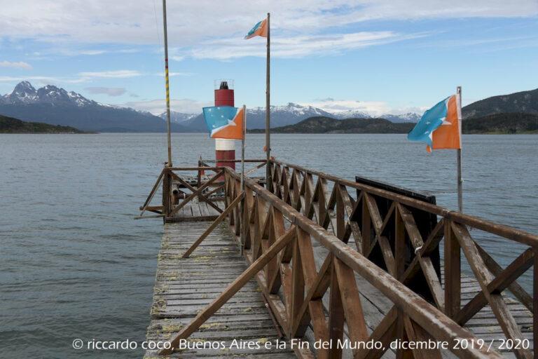 """Davanti a noi """"Bahía Ensenada Zaratiegui"""" con """"Isla Redonda"""" e """"Isla Estorbo"""" nel canale di Beagle in Argentina mentre le altre isole, ancora più a sud, in territorio Cileno, """"Isla Navarino"""" con Puerto Williams, la cittadina più meridionale del mondo e """"Isla Hoste"""". La punta sud dell'isola è il cosiddetto falso capo Horn."""