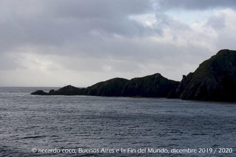 """A sinistra l'area del mitico """"Capo Horn"""" prima meta della nostra crociera, si trova su una delle isole che costituiscono l'""""archipiélago de Tierra del Fuego"""". L'arcipelago, a sud est dello Stretto di Magellano, è diviso politicamente tra Argentina e Cile. L'isola di capo Horn è all'estremità meridionale del gruppo di Isole Hermite in territorio del Cile"""