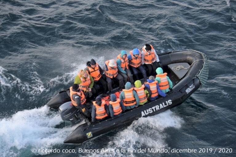 L'accesso all'isola non è dei più semplici i visitatori sbarcano a terra trasportati su grandi gommoni. L'organizzazione è impeccabile e tutto avviene rapidamente e con grande professionalità.