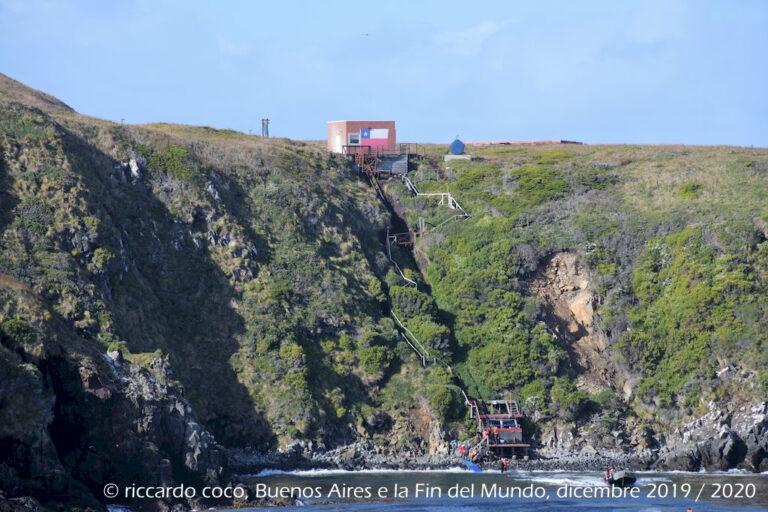 Il sentiero per raggiungere le costruzioni dove sono installati due fari uno dei quali è un RACON (radar transponder comunemente usato per indicare pericoli per la navigazione marittima).