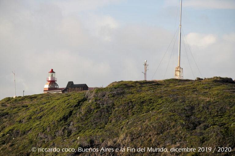 """La Marina cilena ha sull'isola una """"Alcaldía de Mar"""" (municipio del mare), costituito da una casa per il guardiano del faro e la sua famiglia. A poca distanza dalla stazione si trovano alcuni monumenti commemorativi."""