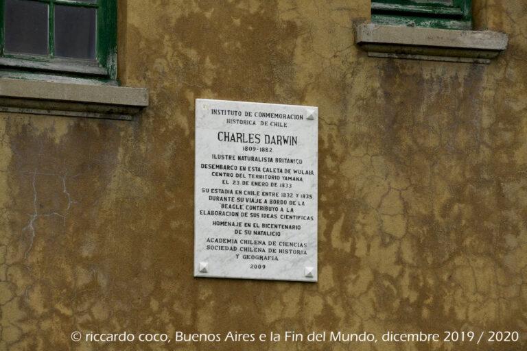 Targa commemorativa dedicata a Charles Darwin ed alla sua impresa.