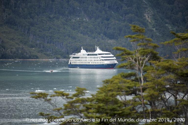 La nave Stella Australis, ancorata nella baia ….