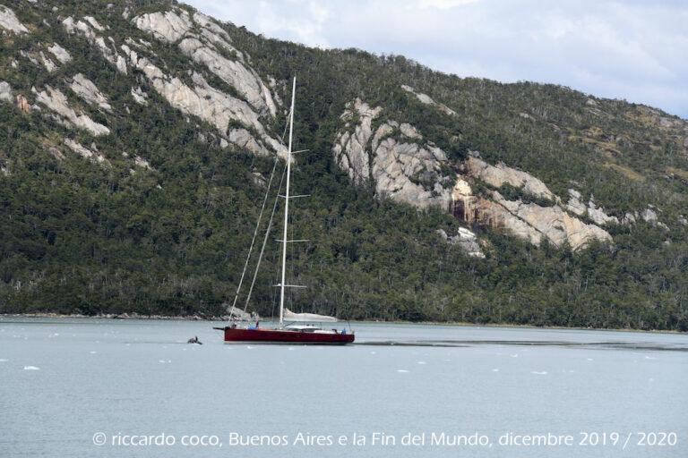 Grande attenzione a navigare in questi fiordi, il tender precede la barca vela per individuare possibili ostacoli