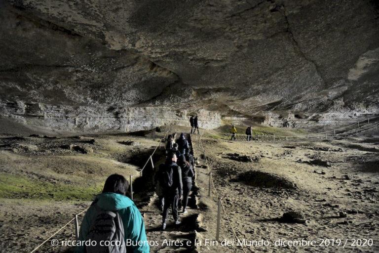 Lungo il tragitto nel Parco Nazionale Torres del Paine(Cile) sosta presso la Cueva de Milodón, una grotta dove sono stati scoperti i resti di un animale preistorico noto come Milodonte, di cui si può ammirare una ricostruzione a dimensioni naturali.