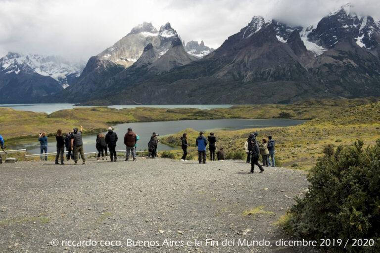 Dal Lago Nordenskjold e il Macizo en Torres del Paine: Il Paine Grande (all'estrema sinistra, tra le nuvole), Los Cuernos (a sinistra), Las Torres del Paine (in fondo al centro) e il cerro Amirante Nieto (a destra)
