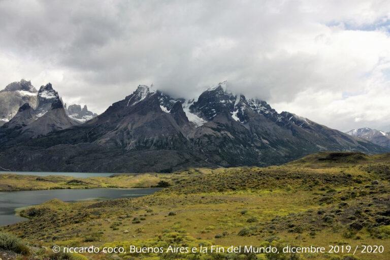 Dal Lago Nordenskjold e il Macizo en Torres del Paine: Los Cuernos (all'estrema sinistra), e il cerro Amirante Nieto (al centro)