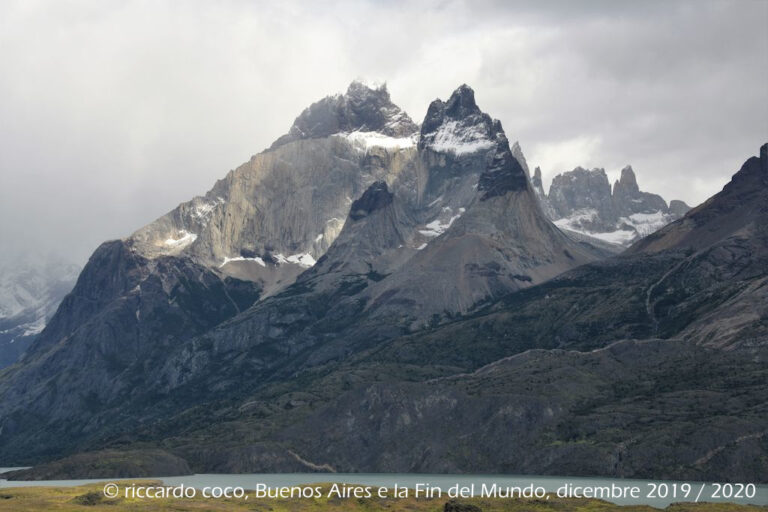 Dal Lago Nordenskjold e il Macizo en Torres del Paine: Los Cuernos (al centro), Las Torres del Paine (a destra, più indietro)