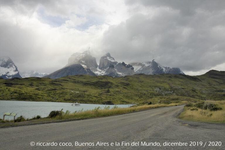 """Los Cuernos, Cuerno Principal (sinistra) e Cuerno Este (destra) dal """"Salto Grande"""" sul fiume Paine."""