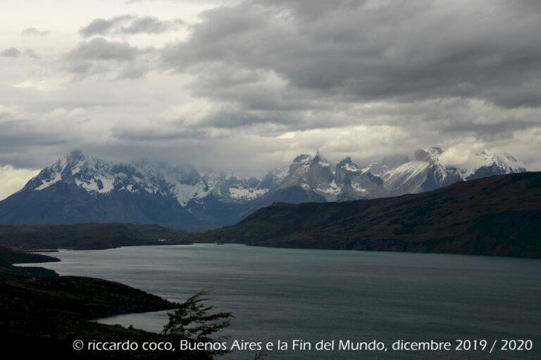 Paine Grande (a sinistra) e Los Cuernos (a destra), da un punto d'osservazione sul Lago Gray