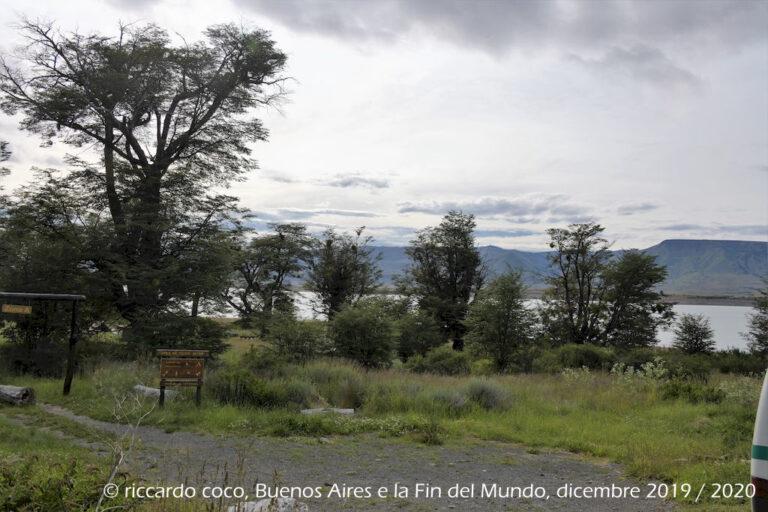"""Breve fermata in un punto panoramico (Punto de Apoyo) lungo il tragitto nel Parque Nacional Los Glaciares diretti al Ghiacciaio Perito Moreno (da sud) lungo il """"Brazo Rico"""" del lago Argentino"""