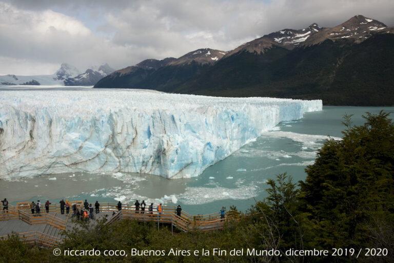 """Il fronte del Perito Moreno è formato da una lingua anteriore lunga circa 5 km che si staglia per oltre 60 m sul lago Argentino. Il movimento è dovuto all'esistenza alla base del ghiacciaio di una sorta di cuscino d'acqua che lo tiene staccato dalla roccia che causa un avanzamento del ghiaccio di circa 2 metri al giorno. Quando poi il fronte del Ghiacciaio raggiunge l'altra sponda del lago Argentino, dove si trova una piccola penisola chiamata """"Penisola de Magallanes"""", forma una diga naturale che separa le due metà del lago e il fronte glaciale si trova pressoché equamente diviso a 2,5 km per lato. A causa di questo sbarramento il livello d'acqua della parte del lago chiamata Brazo Rico (sud) può risalire di oltre 30 metri rispetto al livello consueto. L'enorme pressione prodotta finisce per erodere il fronte del ghiacciaio fino a far crollare enormi guglie e blocchi (da Wikipedia)."""