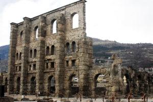 La costruzione del teatro romano di Aosta è da ritenersi avvenuta qualche decennio dopo la fondazione della città, nel 25 a.C.