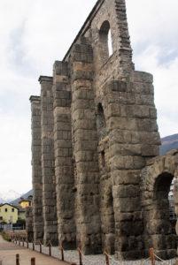 Il teatro occupava un'area di 81 m di larghezza e di 64 m di lunghezza. La cavea (gradinata per gli spettatori nei teatri e negli anfiteatri dell'antichità classica) era inserita in un recinto a pianta rettangolare, la cui facciata esterna si conserva per un'altezza di 22 m sul lato meridionale