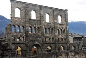 Il teatro romano di Aosta è a tre ordini di finestre
