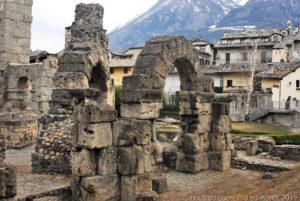 Le strutture che sorreggevano la cavea del teatro romano di Aosta