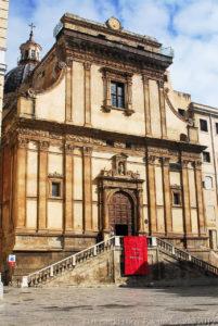 Il prospetto, della chiesa di Santa Caterina è su due ordini divisi da un marcapiano, nell'edicola sul portale un grande stucco di Santa Caterina.
