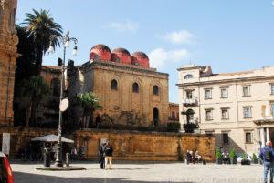 Coesistono sulla piazza Bellini altri monumenti, molto noti, della città di Palermo, San Cataldo di epoca bizantina e arabo – normanna.