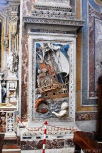 L'episodio di Giona e la balena, a intarsio marmoreo, alla base riquadri della navata centrale.