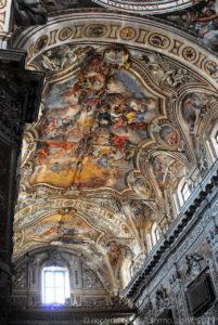 La volta affrescata della navata centrale.