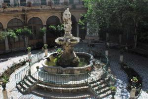 Al centro del cortile del chiostro una fontana con vasche a conchiglia. Sul piedistallo centrale è collocata la statua raffigurante San Domenico, opera realizzata da Ignazio Marabitti.